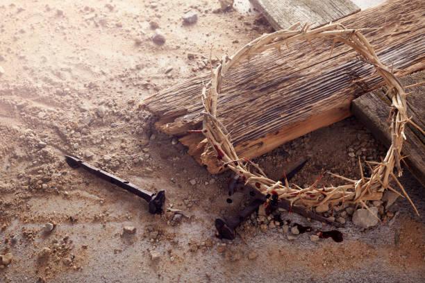 Ostern Hintergrund zeigt die Kreuzigung mit einem rustikalen Holzkreuz, Krone aus Dornen und Nägeln. – Foto