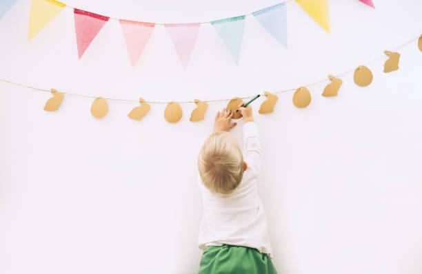 Ostern Hintergrund. Kinder zeichnen und basteln. Vorbereitung der Dekorationen zu Hause für die Osterferien. – Foto