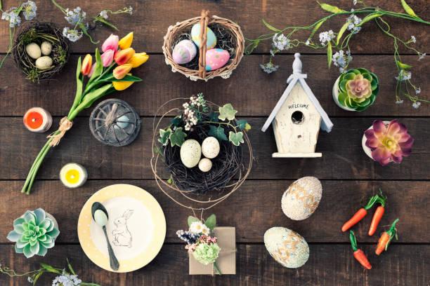 ostern-hintergrund auf alten rustikalen holz - foto collage geschenk stock-fotos und bilder