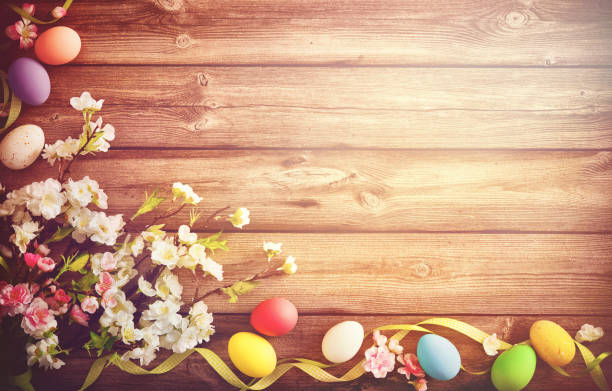 easter background with colorful eggs and spring flowers - buona pasqua in tedesco foto e immagini stock
