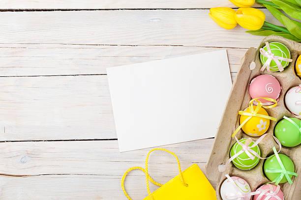 ostern-hintergrund mit bunten eiern und gelbe tulpen - schöne osterbilder stock-fotos und bilder