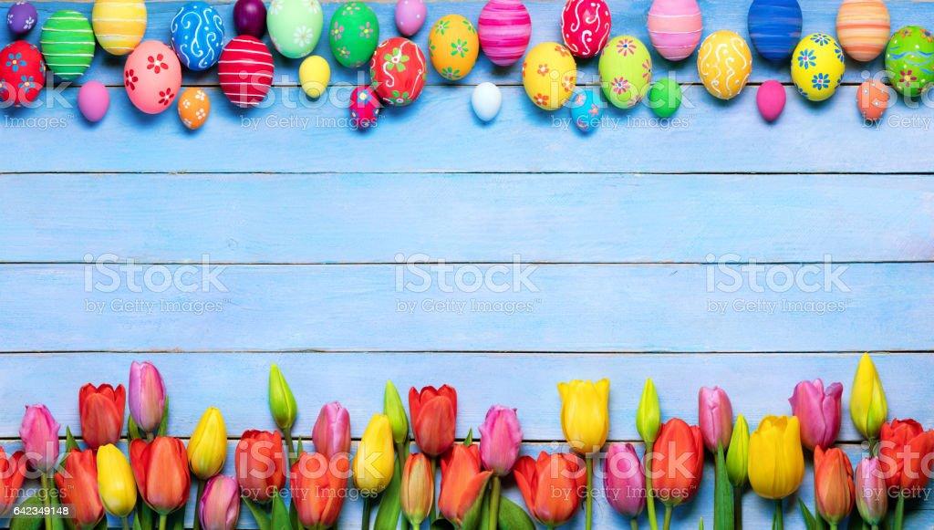 Ostern-Hintergrund mit dekorierten Eiern und Tulpen – Foto