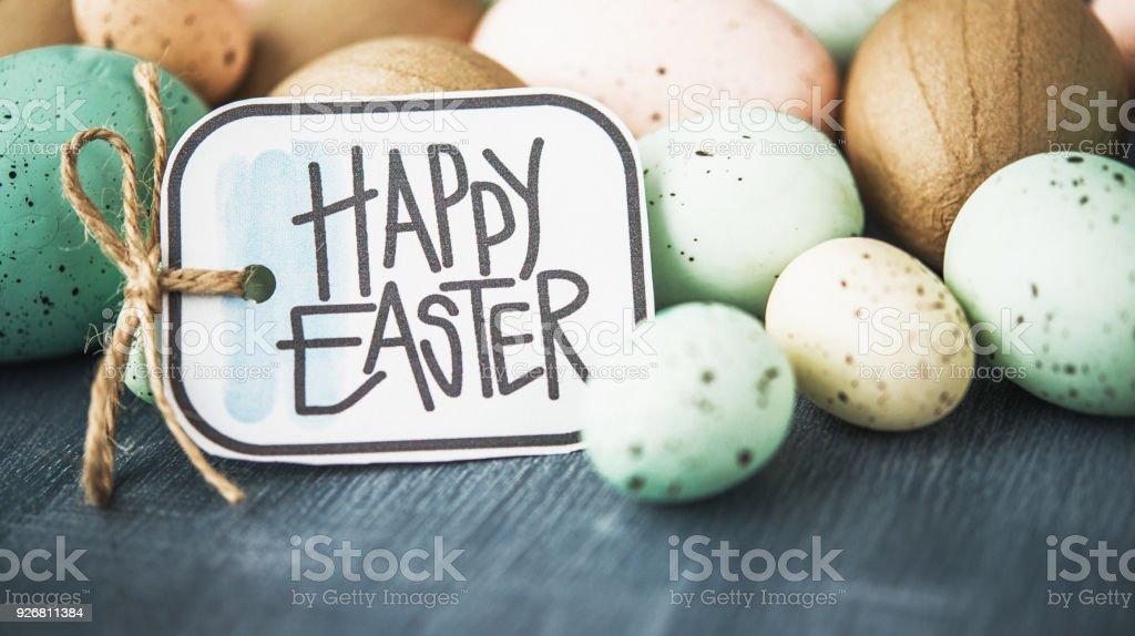 Fundo de Páscoa com ovos malhados pastel cinza e mensagem de Páscoa - foto de acervo