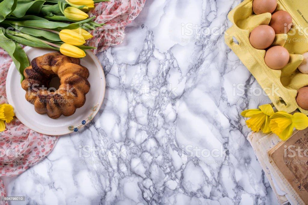 파운드 케이크와 함께 부활절 배경 - 로열티 프리 계절 스톡 사진