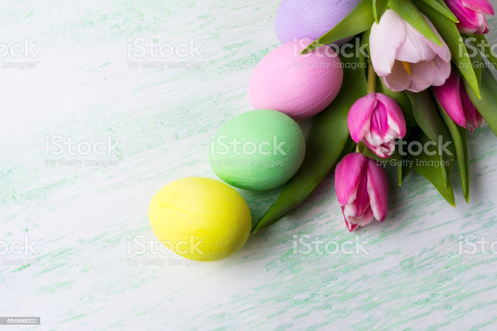 Easter background with purple, pink, green, yellow painted eggs foto stock royalty-free