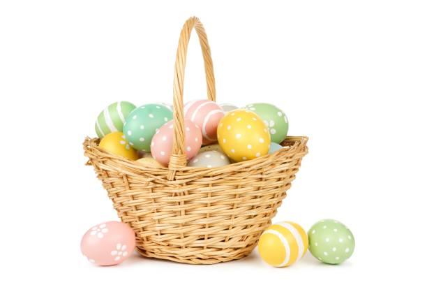 cesta de páscoa cheia de ovos de páscoa sobre branco - cesta - fotografias e filmes do acervo