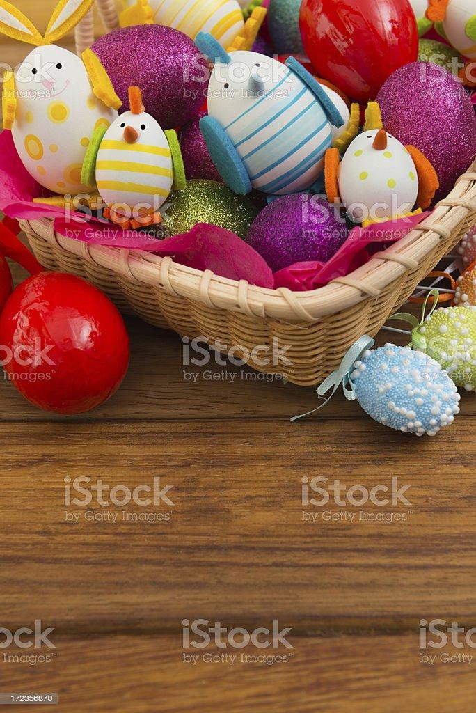 Cesta de pascua con huevos de colores foto de stock libre de derechos
