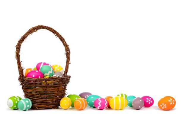 흰색 위에 긴 테두리 부활절 달걀의 부활절 바구니 - 부활절 달걀 뉴스 사진 이미지