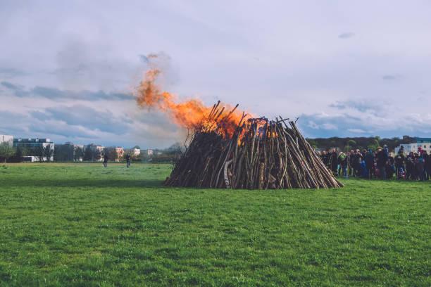 großes osterfeuer in potsdam - osterfeuer stock-fotos und bilder