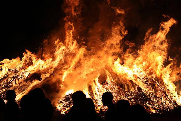 ostern holzfeuer in spreewald region, lower lusatia, deutschland. - osterfeuer stock-fotos und bilder