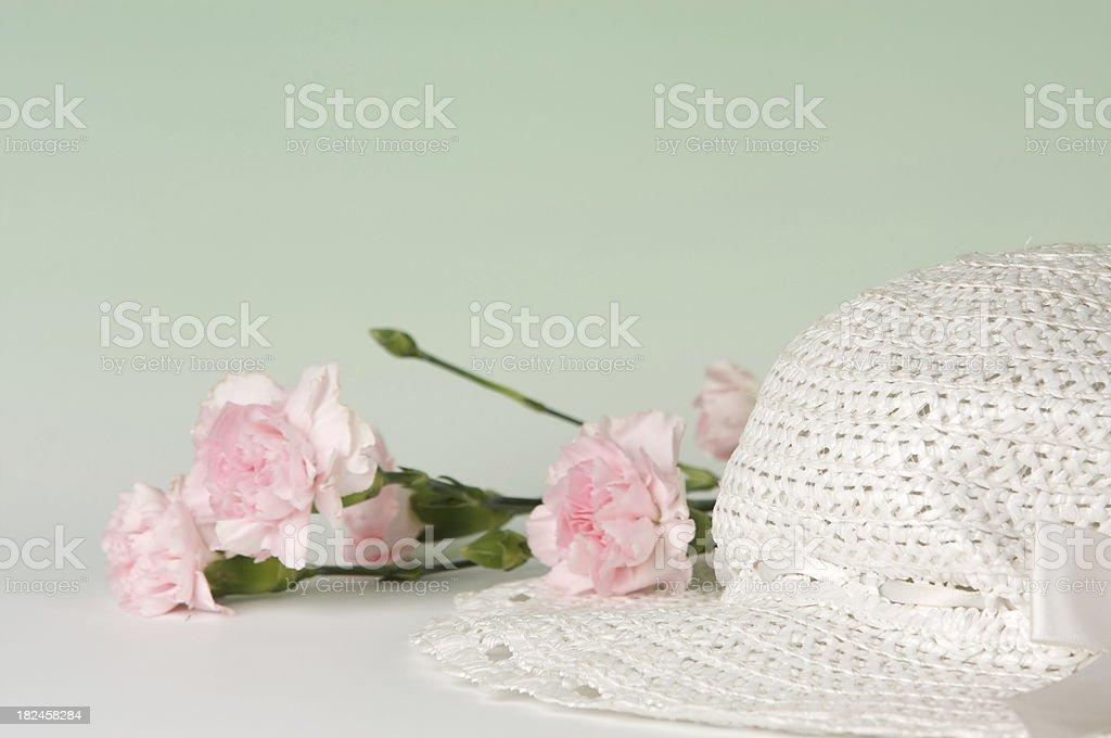 Bonete de pascua y Carnations fondo foto de stock libre de derechos