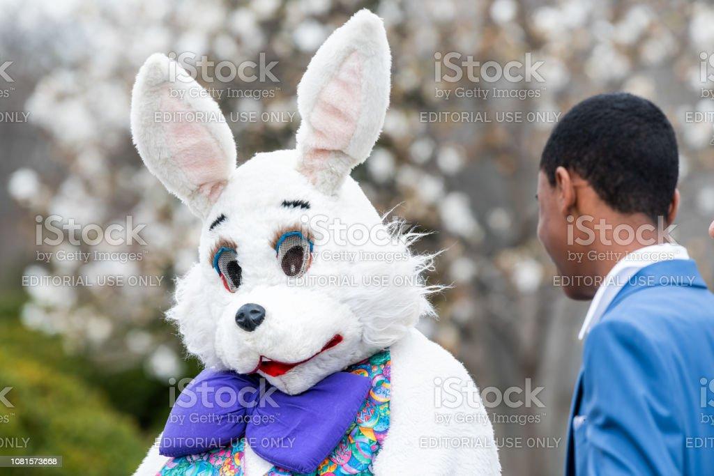 Easter bunny traje e pessoas na Basílica do Santuário Nacional da Imaculada Conceição Igreja Católica fora na Páscoa - foto de acervo