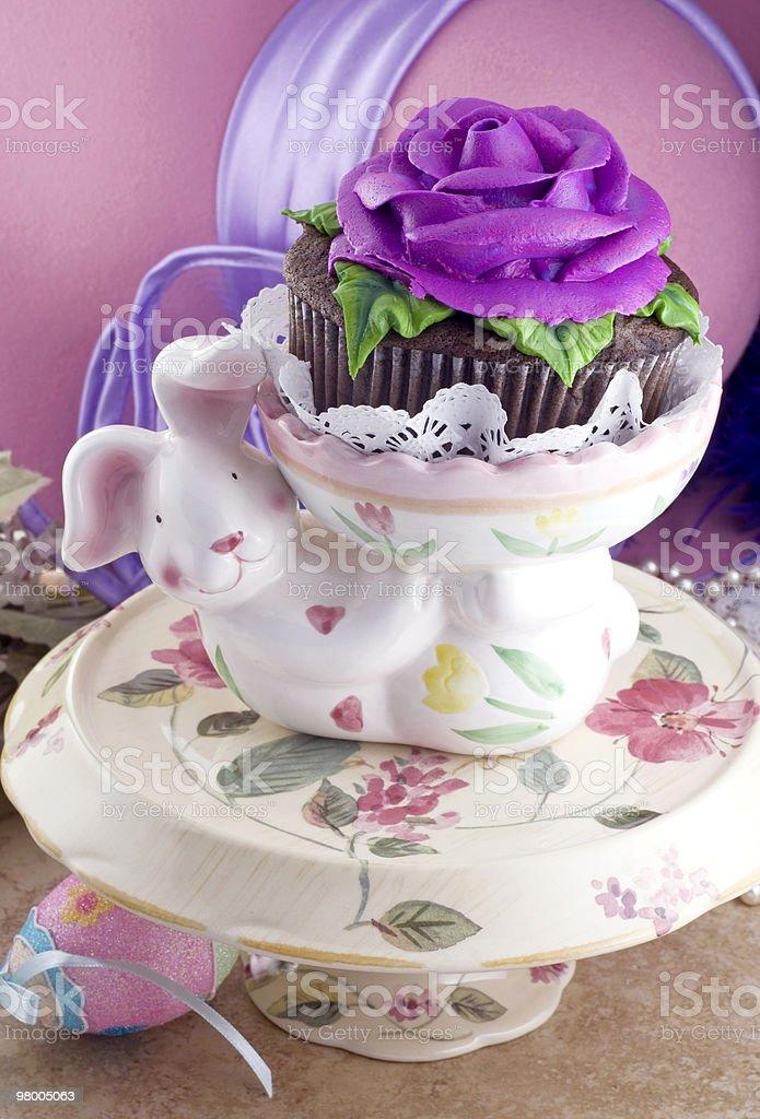 Coelhinho da Páscoa segurando Cupcake foto royalty-free