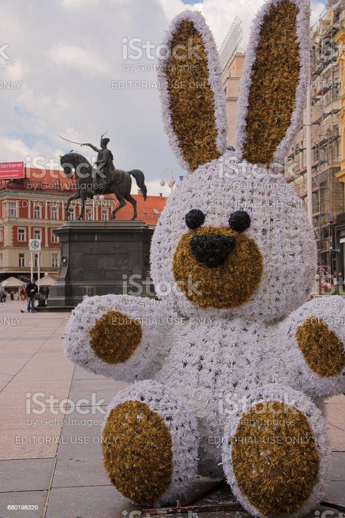 Easter bunny on Josip Jelacic square in Zagreb, Croatia – Foto