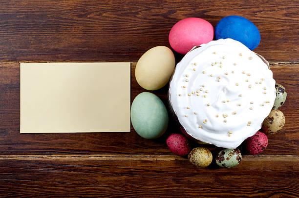 ostern kuchen mit eiern und karte auf verschiedenen - marinekuchen stock-fotos und bilder