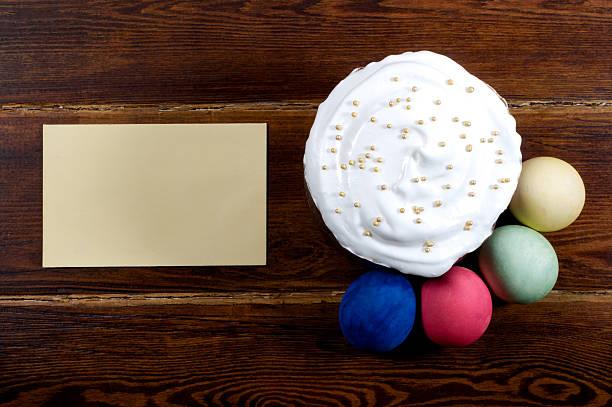 ostern kuchen mit eiern auf verschiedene mit karte - marinekuchen stock-fotos und bilder