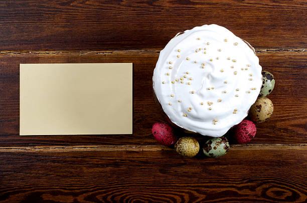 ostern kuchen mit verschiedenen wachtel eier um und karte - marinekuchen stock-fotos und bilder