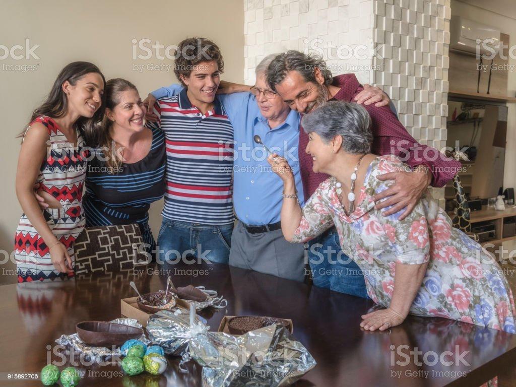 Celebração de Páscoa - família degustação de ovos de Chocolate - foto de acervo