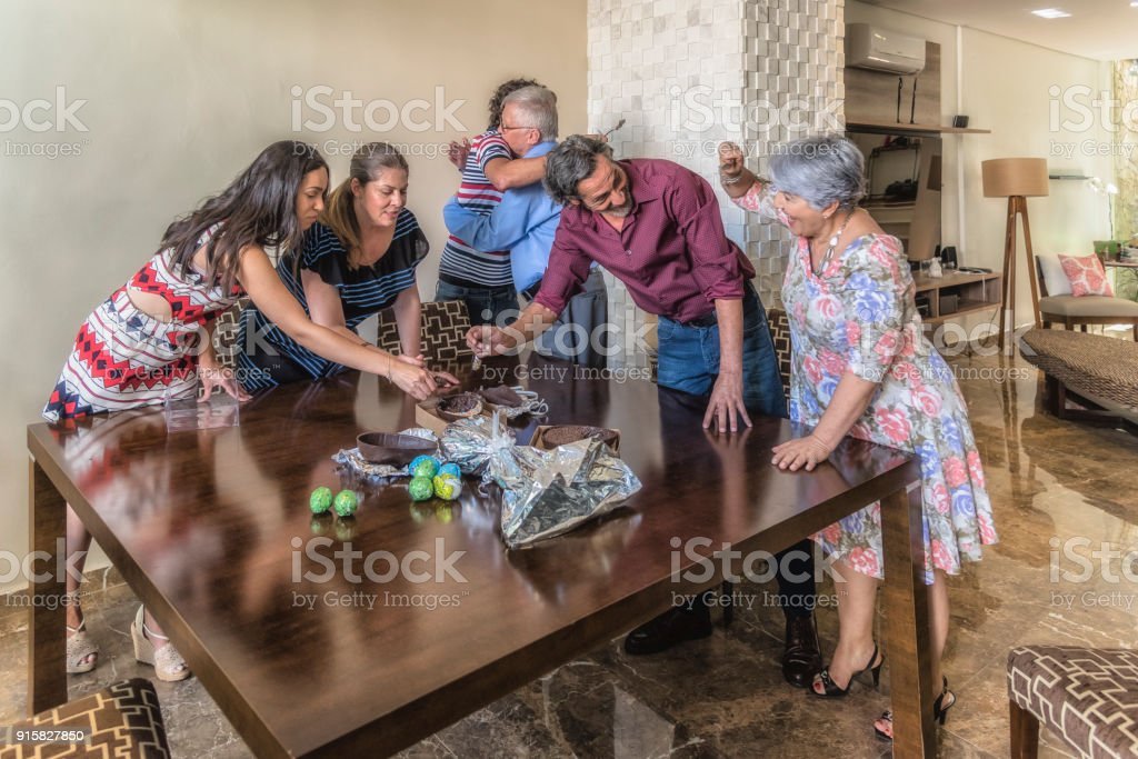 Celebração de Páscoa - avó degustação de ovos de Chocolate - foto de acervo