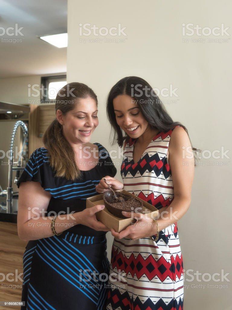 Celebração de Páscoa - ovos de Chocolate degustação de mãe e filha - foto de acervo