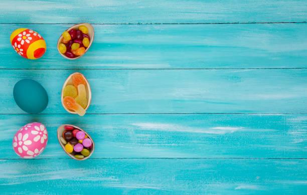 osterschokolade-eier mit farbenfroher ostereier - osterhase zeichnen stock-fotos und bilder