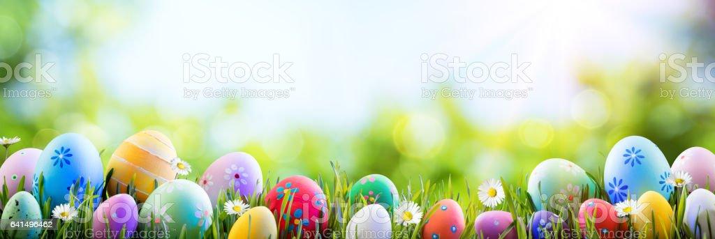 Ostern - bunt dekorierten Eiern auf Feld – Foto