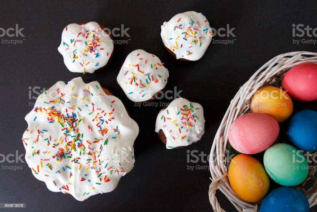 부활절 휴가 대 한 바구니와 달콤한 컵 케이크에 화려한 달걀입니다. 부활절 배경입니다. 종교 기독교 개념입니다. - 로열티 프리 0명 스톡 사진