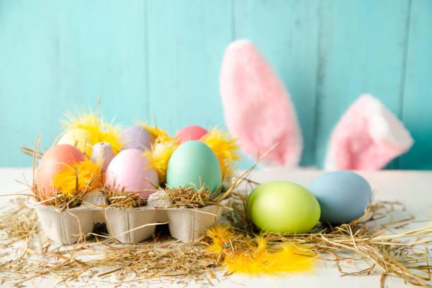 Ostern-Zusammensetzung in Pastellfarben mit Eiern und Hasenohren – Foto