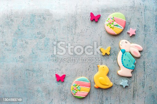 istock Easter decoration cookies background 1304593749