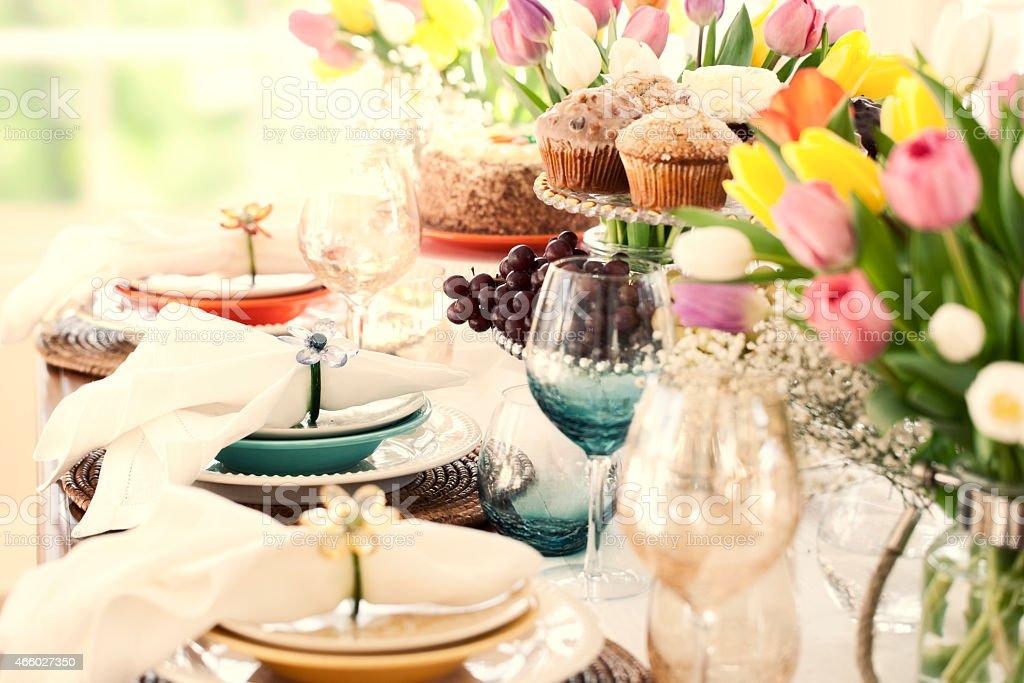 Ostern Esstisch, Strauß Tulpen und schönen Gedeck – Foto