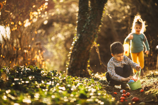 caça aos ovos de páscoa em natureza - familia pascoa - fotografias e filmes do acervo