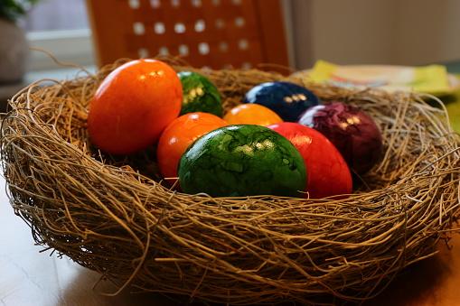 Ostereier auf dem Tisch