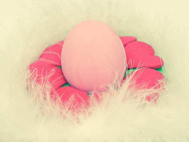 easter egg - dekoration rund um den fernseher stock-fotos und bilder