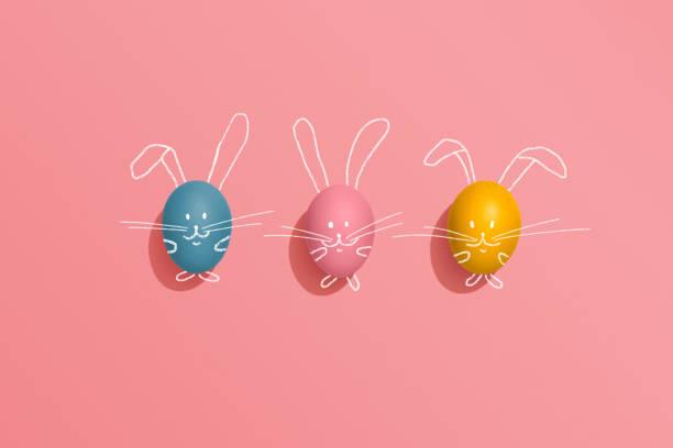 ovo de páscoa coelhos em fundo rosa - pascoa - fotografias e filmes do acervo