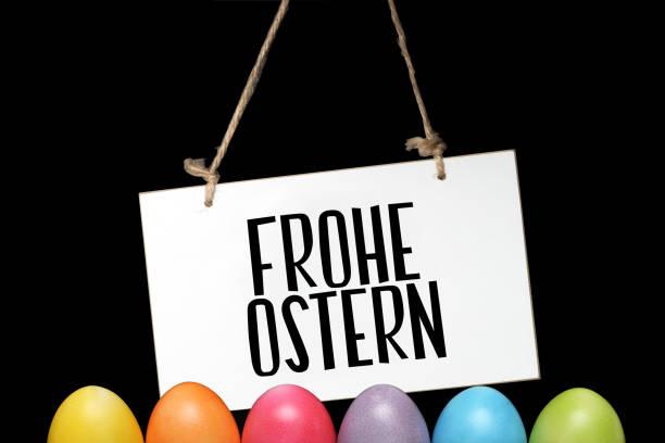 huevos de pascua y un cartel con el lema feliz pascua - lunes de pascua fotografías e imágenes de stock