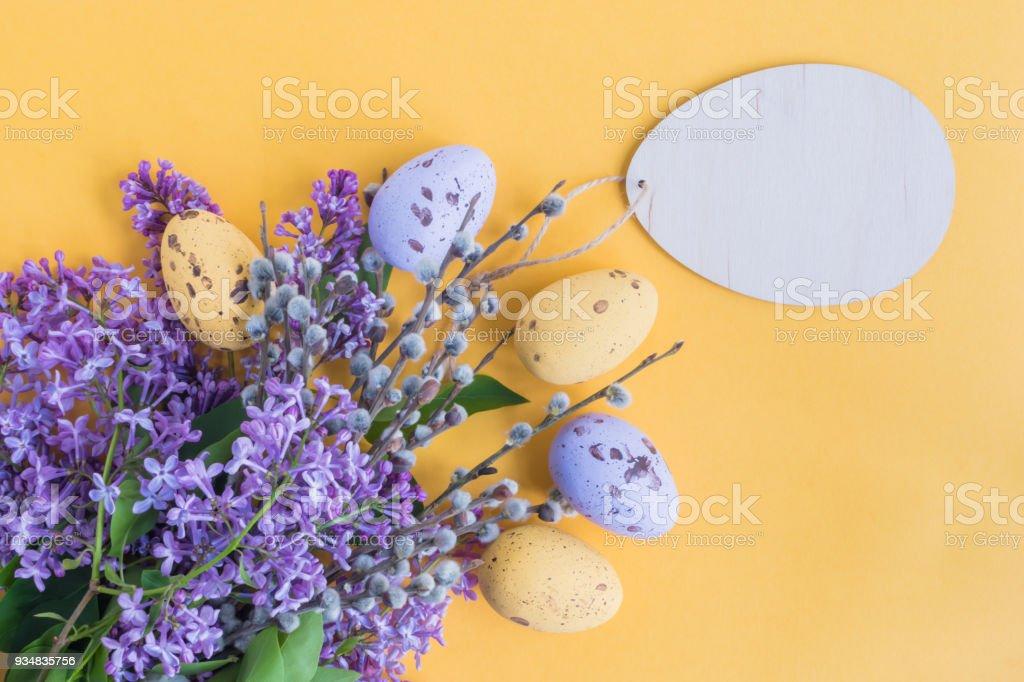 부활절 달걀과 라일락 지점 - 로열티 프리 개념 스톡 사진