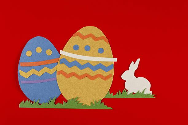 Uova di Pasqua e coniglio su sfondo rosso - foto stock