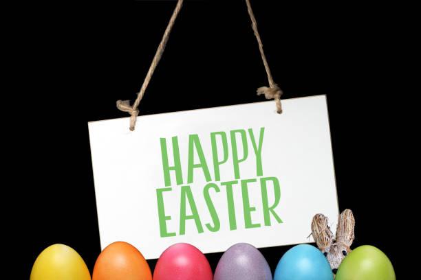 huevos de pascua, conejo de pascua y un cartel con el lema feliz pascua - lunes de pascua fotografías e imágenes de stock