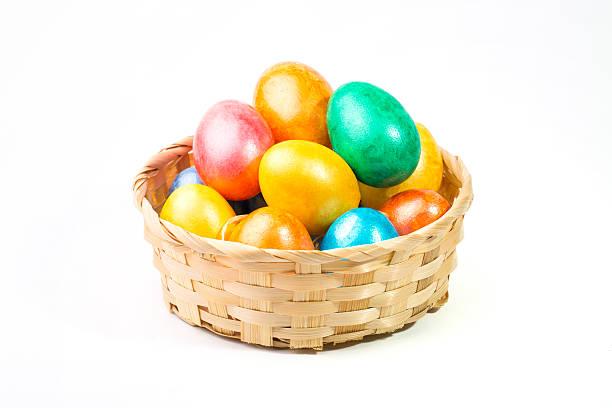 ostern eier in einem korb auf weißem hintergrund. - schöne osterbilder stock-fotos und bilder