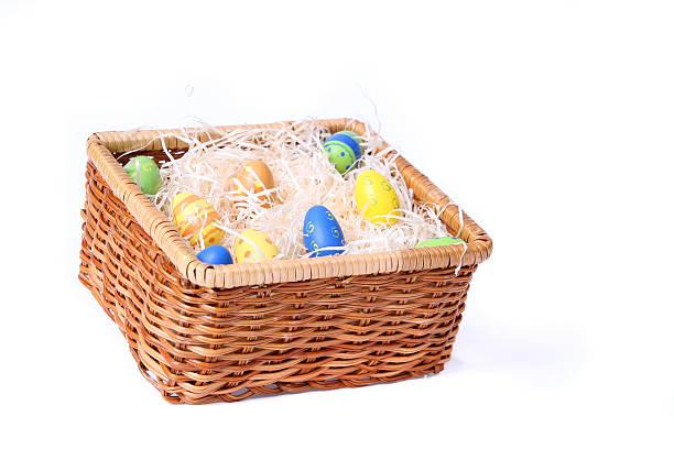 ostern eier in einem korb - gblu stock-fotos und bilder