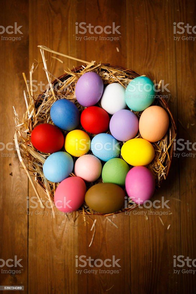 Huevos de Pascua en el nido de paja foto de stock libre de derechos