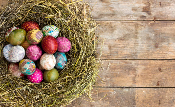 ostern eier im nest auf rustikalen holz-hintergrund  - decoupage kunst stock-fotos und bilder