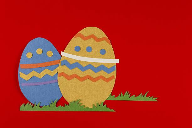 Uova di Pasqua su uno sfondo rosso - foto stock
