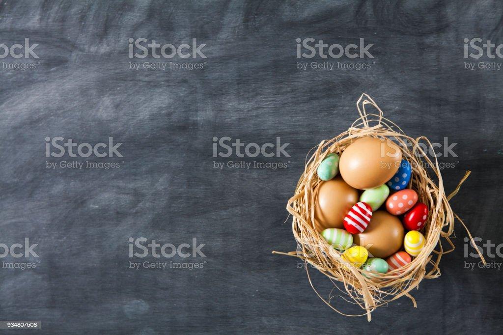 부활절 계란 바구니에 칠판에 - 로열티 프리 0명 스톡 사진