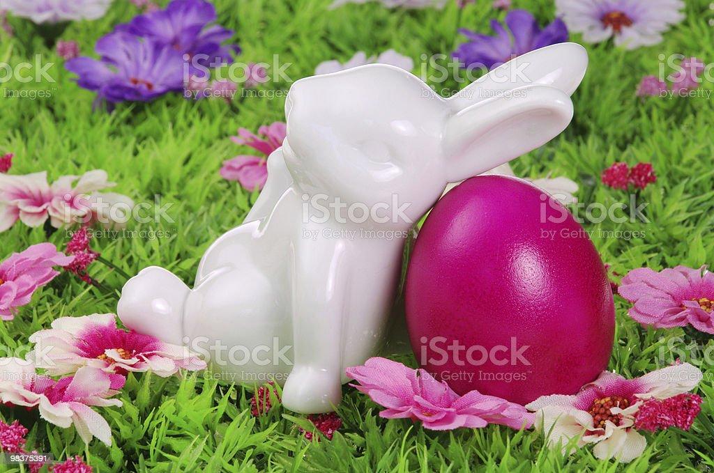 Uova di Pasqua su prato di fiori foto stock royalty-free
