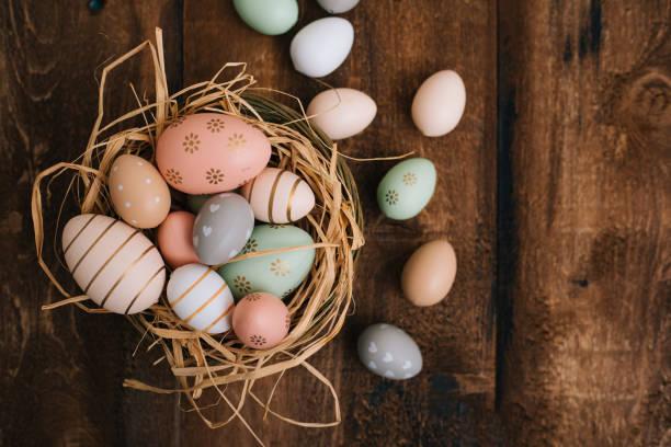 나무 배경에 부활절 달걀 스톡 사진