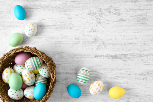 easter eggs on wooden background - easter imagens e fotografias de stock