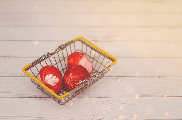 huevos de pascua  - lunes de pascua fotografías e imágenes de stock