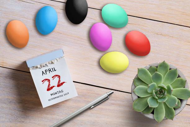 calendario de huevos de pascua con el 22 de abril de 2019, pascua en alemán en la parte superior - lunes de pascua fotografías e imágenes de stock