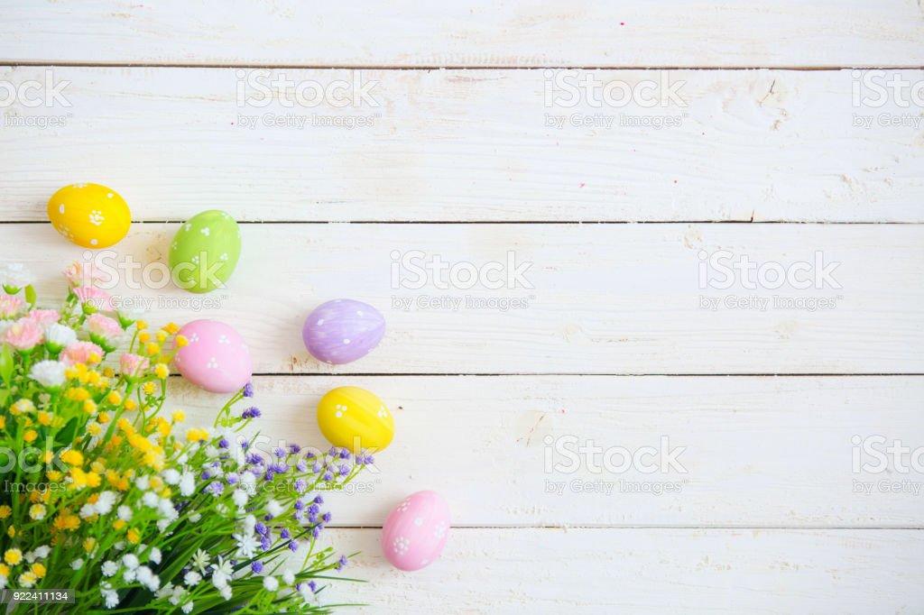 Ostereier mit Blumen auf weißem alten hölzernen Hintergrund – Foto